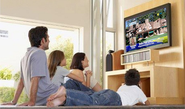 Family_watching_tv
